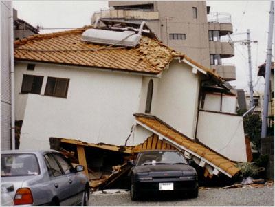 阪神大震災の柱一本で倒れた家