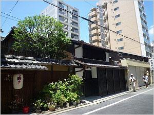 ビルの中の100年以上たち京の町家群