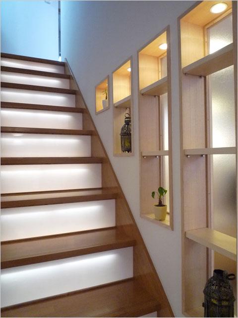 川崎K邸:階段板に組み込まれたLED照明で安全で明るい階段
