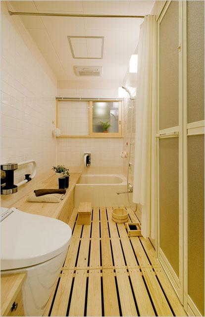 写真2:トイレからさらに浴槽まで伝って行ける