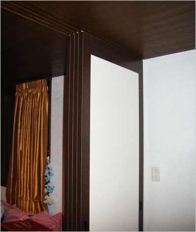 3枚の襖(ふすま)を立て「夫/婦寝室」に
