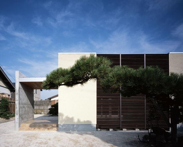 「家を作る」ことを意識して既存風景に調和したデザイン住宅K様邸 既存の松と調和しながらも、新しさと懐かしさの融合を図った。作るという発想だからこそ醸し出すことが出来るデザイン。