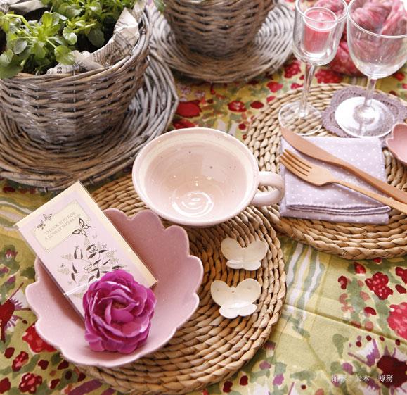 淡いピンクの食器と花のモチーフで、食卓が春爛漫