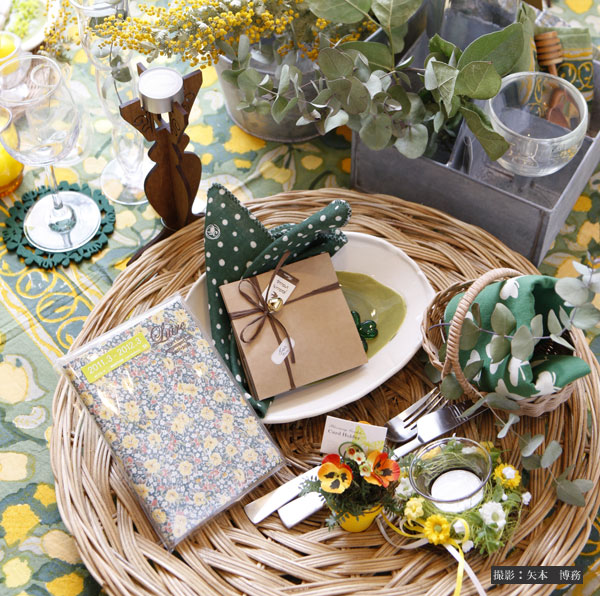濃いグリーンと天然素材で、テーブルが森のよう。小物使いもテクニックのひとつ。