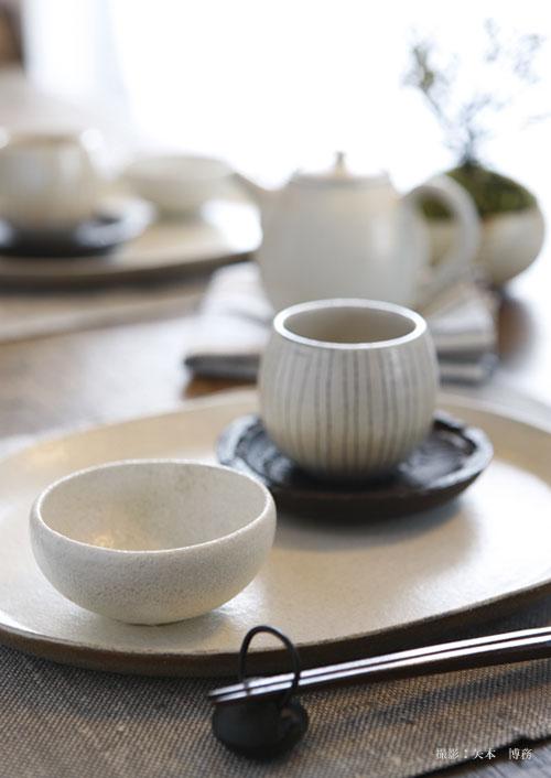 落ち着きのある和食器で統一。土や木など、天然素材の持つ温かい雰囲気に包まれる。