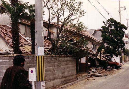 阪神大震 災で壊れた家々