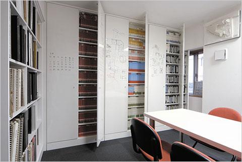 天井までの造り付けで扉はホワイトボード 私の事務所