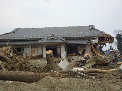 津波に半壊したが生き残った木造の家 仙台沿岸部(撮影筆者)