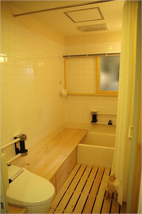写真:ベンチ式トイレと浴槽までずれて動く(R邸;著者アトリエ4A設計)