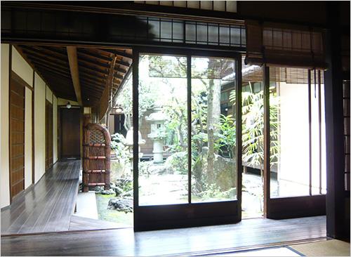 写真2:おなじみ京都町家の中庭の自然空調を減築で(筆者撮影)
