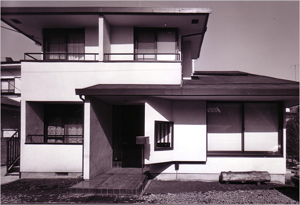 写真1:右が母屋、左が2LDK上下2戸のM邸(筆者設計本木氏撮影)