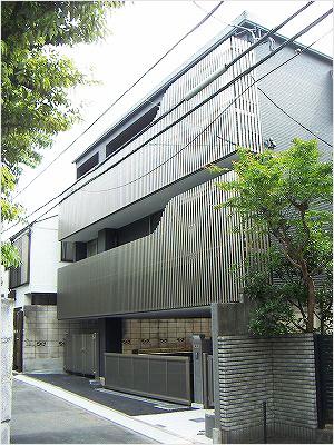写真2:外観は一戸の3階建てだが貸室もできる2世帯(天野彰撮影)