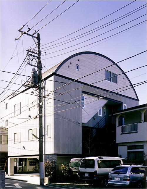 写真3:最上階をわが家に下階に5戸の貸室と貸駐車場(天野彰撮影)