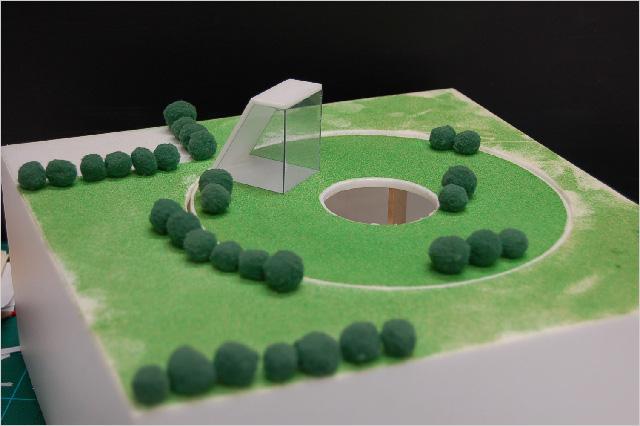 写真2:敷地に穴だけが見える(中庭)