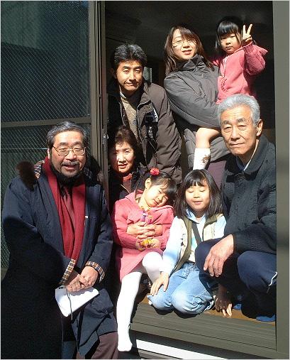 """写真3:「二世帯""""含み""""住宅」のGさん家族と一緒に"""
