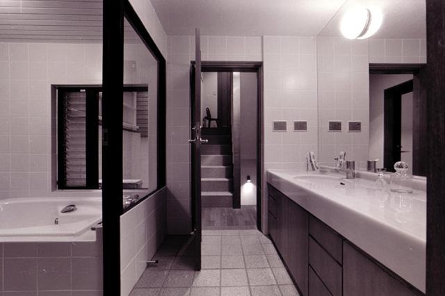 写真:開放的な脱衣室と浴室(T邸:設計天野彰)