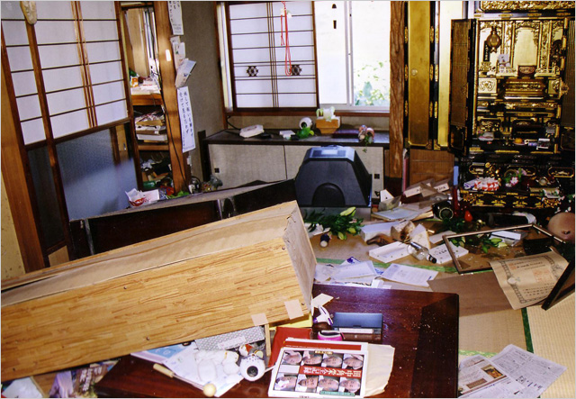 写真:中越地震での室内の惨状