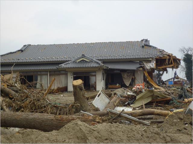 写真1:津波に半壊したが生き残った木造の家 仙台沿岸部(撮影:天野彰)