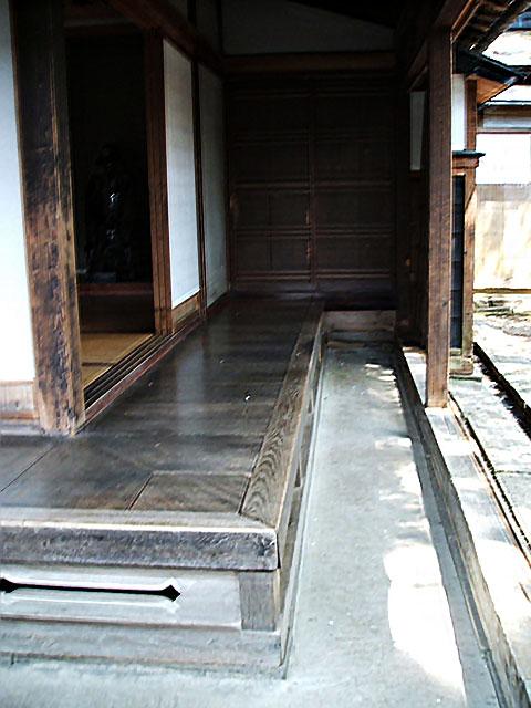 角館武家屋敷の縁側と土間の外の雨戸(天野彰)