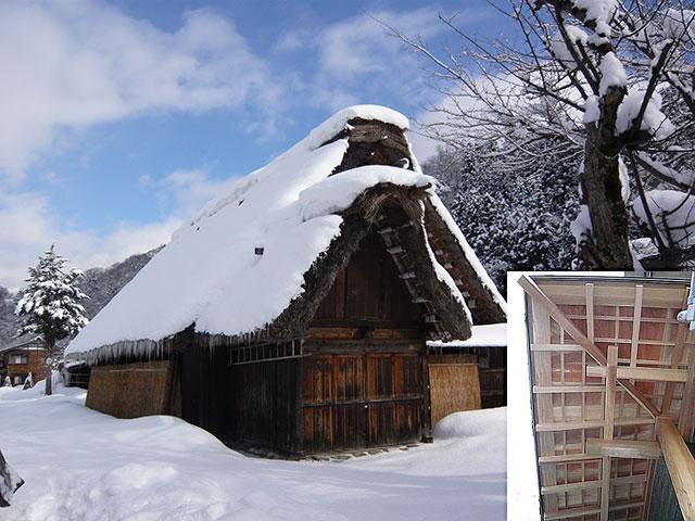 写真1:木のやすらぎ 雪に埋もれる合掌造り(天野彰)
