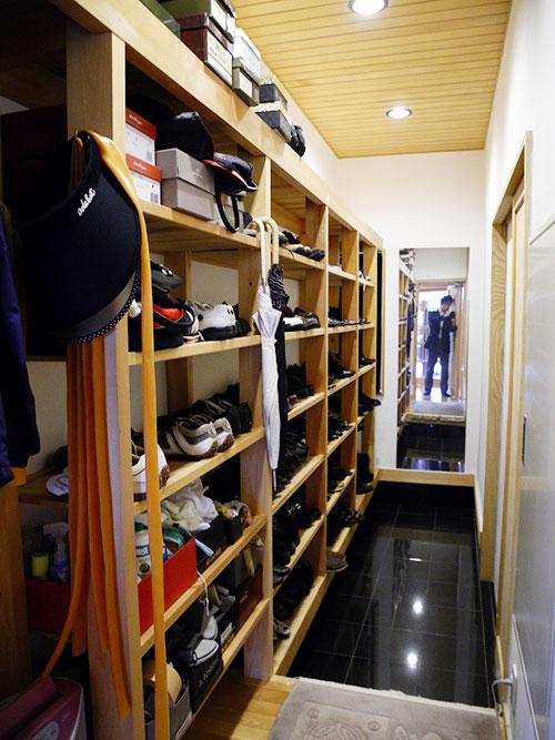 写真1:玄関のシューズ・クローゼット(設計:天野彰)