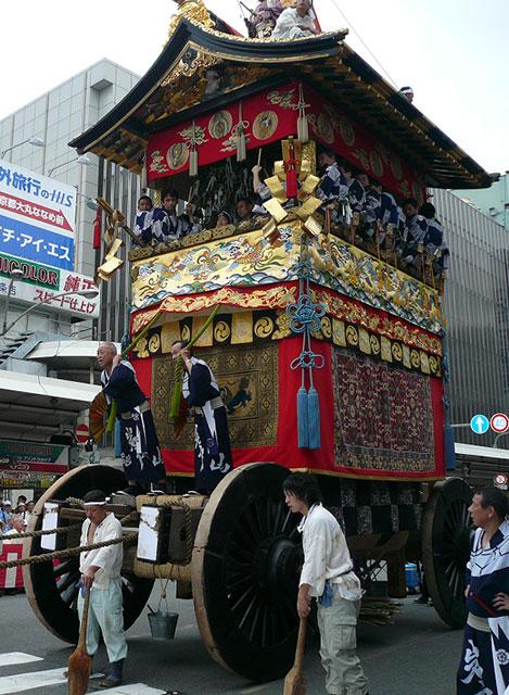祇園祭の鉾柔軟に動く