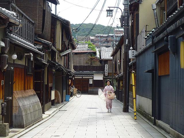 暑いが涼しげな京の町家の風情(画:天野彰)