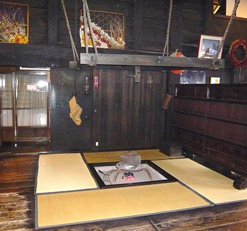 白川郷唯一の暖房の囲炉裏(写真:天野彰)
