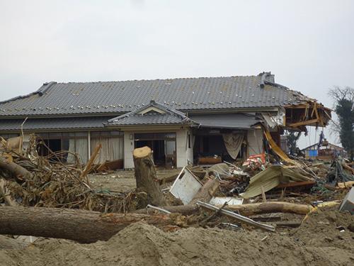 写真:仙台閖上地区のわずかな防護壁さえあれば助かったであろう木造民家(撮影:天野彰)