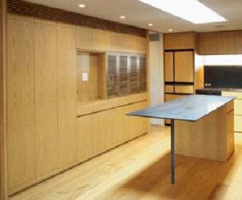 キッチン、アイランドと連続した壁面収納