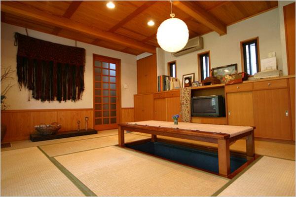 畳のリビング:目線が低くなり、天井を高く感じる畳リビング