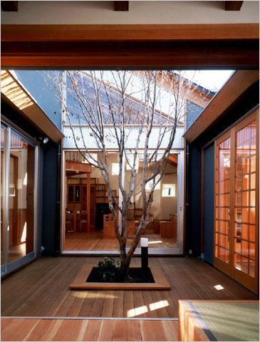 平屋の住まいの真ん中に8畳大のデッキを張った中庭