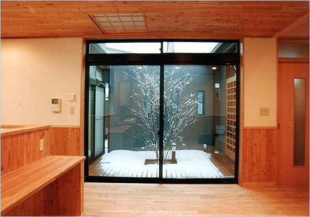 坪庭に面して大きなガラス戸をつけた浴室