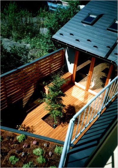 細長い敷地を生かして大きな中庭を計画